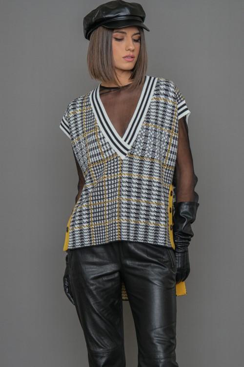 Πλεκτή μπλούζα ζακάρ, αμάνικη με ανοίγματα στο πλάι και διακοσμητικά κουμπιά, γυναικεία